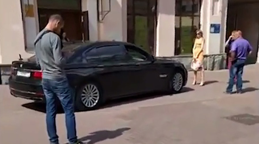 Fmr Moscow official attacks woman blocking his car on PEDESTRIAN street (VIDEO)