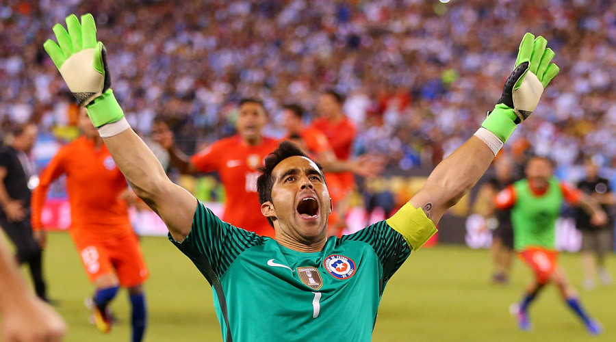 Claudio Bravo #1 of Chile celebrates after defeating the Argentina to win the Copa America Centenario Championship match at MetLife Stadium on June 26, 2016 in East Rutherford © Mike Stobe