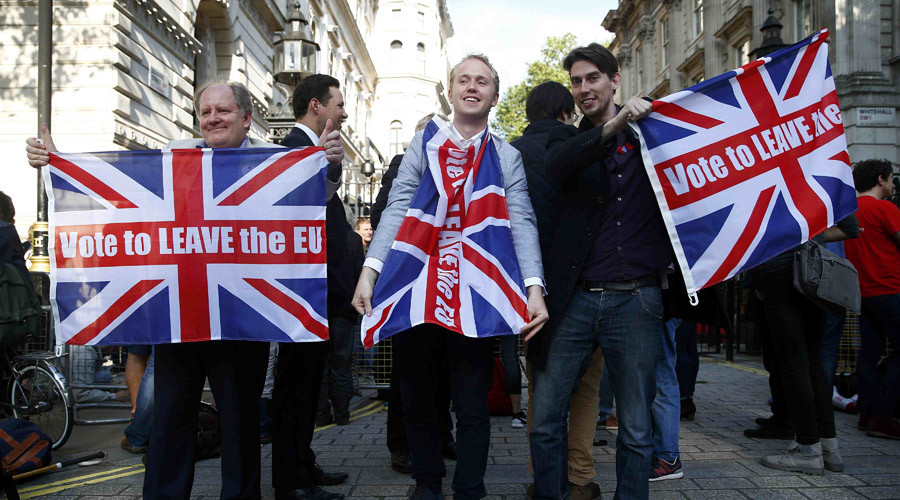 Vote leave supporters wave Union flags, following the result of the EU referendum, outside Downing Street in London, Britain June 24, 2016. © Neil Hall