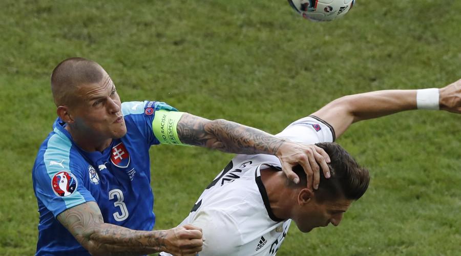 Slovakia's Martin Skrtel and Germany's Mario Gomez in action © Benoit Tessier