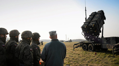 Polish and U.S soldiers look at a Patriot missile defence battery during join exercises at the military grouds in Sochaczew, near Warsaw. © Franciszek Mazur / Agencja Gazeta
