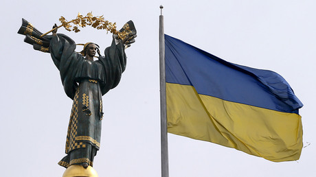 A view shows the Independence Monument and the Ukrainian national flag in Independence Square in central Kiev, Ukraine © Valentyn Ogirenko