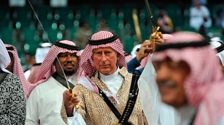 Britain's Prince Charles (C), wearing a traditional Saudi uniform © Fayez Nureldine