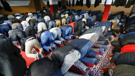 Men pray during Friday prayer service at the Abu Bakr mosque of the Islamic Islamic Community Cologne in the Zollstock suburb of Cologne © Wolfgang Rattay