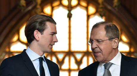 Russian Foreign Minister Sergei Lavrov (R) welcomes his Austrian counterpart Sebastian Kurz © Kirill Kudryavtsev