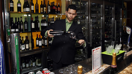 A waiter at a bar in Dubai  © Abdullah Muhsen