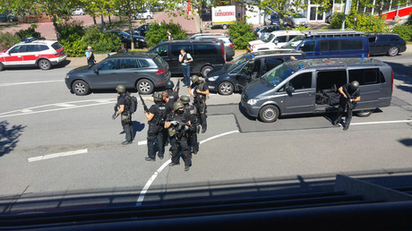 German special police leave their cars after a masked man with a gun and ammunition belt opened fire in a cinema complex in the small western town of Viernheim, near Frankfurt, Germany, June 23, 2016. © Rhein-Neckar-Fernsehen
