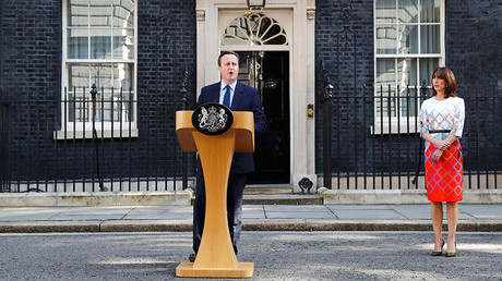 Britain's Prime Minister David Cameron speaks after Britain voted to leave the European Union, outside Number 10 Downing Street as his wife Samantha looks on in London, Britain June 24, 2016 © Stefan Wermuth
