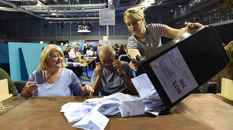 Workers begin counting ballots after polling stations closed in the Referendum on the European Union in Glasgow, Scotland, Britain, June 23, 2016 © Clodagh Kilcoyne