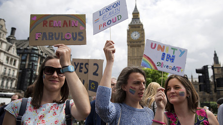 Demonstrators hold placards duringa protest against the pro-Brexit outcome of the UK's June 23 referendum on the European Union (EU), in central London on June 25, 2016 © Justin Tallis