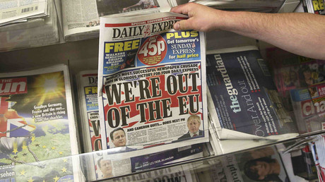A man buys a newspaper the day after Britain voted to leave the EU, at a newsagents in central London, Britain June 25, 2016. © Neil Hall