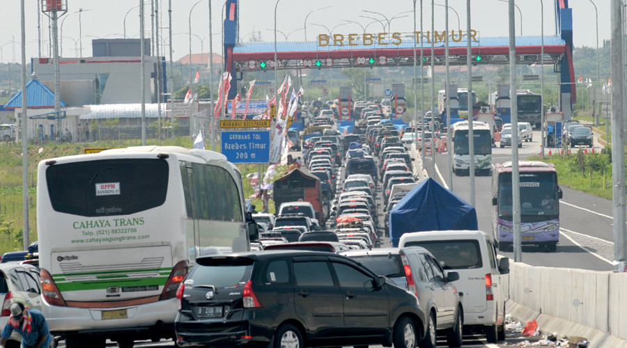 This picture taken on July 2, 2016 shows heavy traffic congestion at a major highway junction in Brebes, a city on the main Indonesian island of Java. © AFP