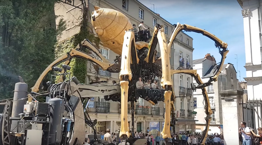 38-ton spider draws large crowds in France (VIDEO)