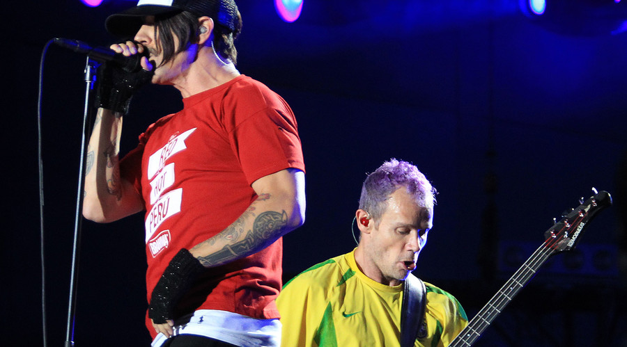 """Anthony Kiedis (L) and bass player Michael """"Flea"""" Balzary of the rock band Red Hot Chilli Peppers. © Sergio Moraes"""