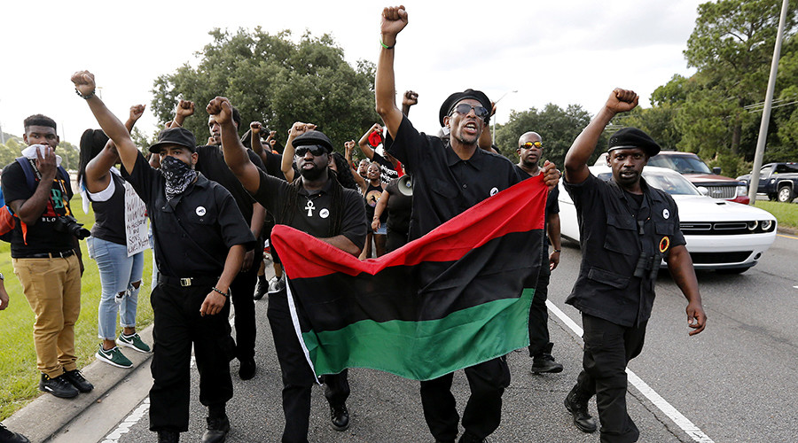 Demonstrators, wearing the insignia of the New Black Panthers Party, protest the shooting death of Alton Sterling near the headquarters of the Baton Rouge Police Department in Baton Rouge, Louisiana, U.S. July 9, 2016 © Jonathan Bachman