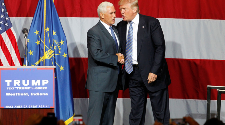 Republican U.S. presidential candidate Donald Trump (R) shakes hands with Indiana  Governor Mike Pence (L) © John Sommers II