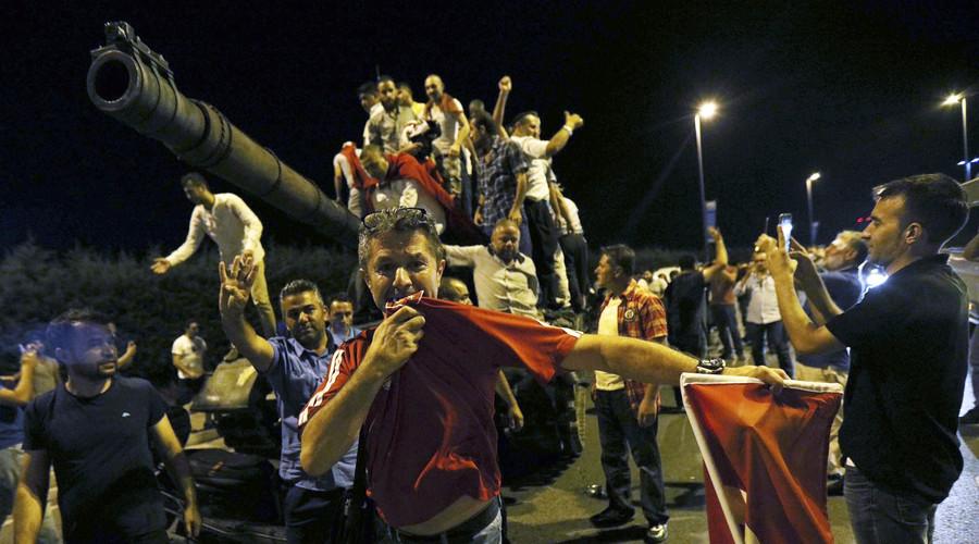Οι άνθρωποι στέκονται σε μια τουρκική δεξαμενή στρατού στο αεροδρόμιο Ατατούρκ στην Κωνσταντινούπολη, Τουρκία 16 Ιουλίου 2016. © Reuters