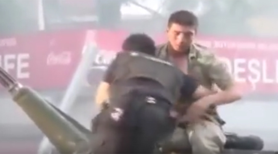 Turkish cop pulls coup tank soldier to safety from angry crowds (VIDEO)