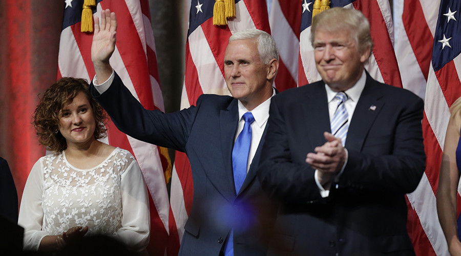 Republican U.S. presidential candidate Donald Trump (R) applauds and Indiana Governor Mike Pence waves as Pence's daughter Charlotte looks on at a press event held to introduce Pence as Trump's running mate in New York, U.S., July 16, 2016 © Eduardo Munoz