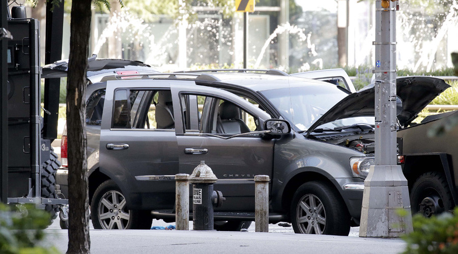 Police investigate the SUV in which a man suspected of causing a bomb scare barricaded himself, causing an hours-long standoff and the shutdown of a mid-Manhattan area in New York City, New York, U.S. July 21, 2016. © Brendan McDermid
