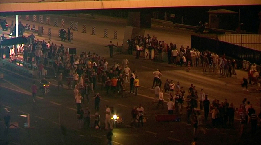 Still frame taken from video shows people gathering along the road to the Bosphorus Bridge in Istanbul, during an attempted coup in Turkey, on July 15, 2016 © Reuters