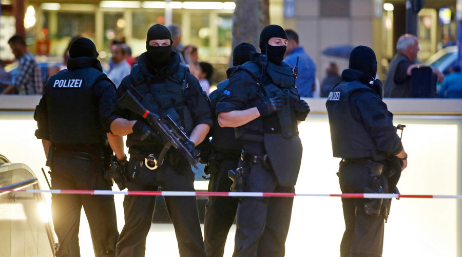 Special forces police officers stand guard at an entrance of the main train station, following a shooting rampage at the Olympia shopping mall in Munich, Germany July 22, 2016. © Michael Dalder