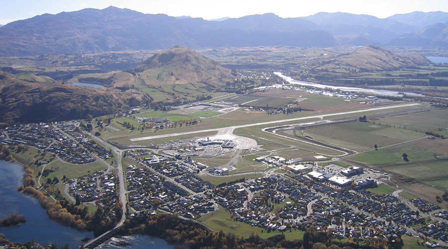 Queenstown Airport from Deer Park Heights © Wikipedia