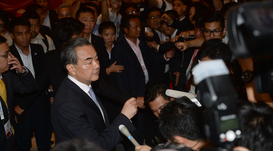 Chinese Foreing Minister Wang Yi speaks to reporters on the sidelide of the Association of Southeast Asian Nations (ASEAN)'s 49th annual ministerial meeting in Vientiane on July 24, 2016. © Hoanf Dinh Nam