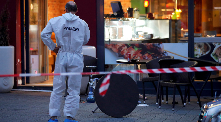 A police forensic expert works outside where a 21-year-old Syrian refugee killed a woman with a machete and injured two other people in the city of Reutlingen, Germany July 24, 2016. © Vincent Kessler