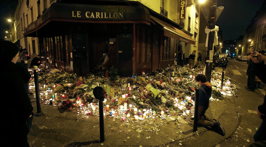 People pray outside Le Carillon restaurant, one of the attack sites in Paris, November 15, 2015. © Jacky Naegelen