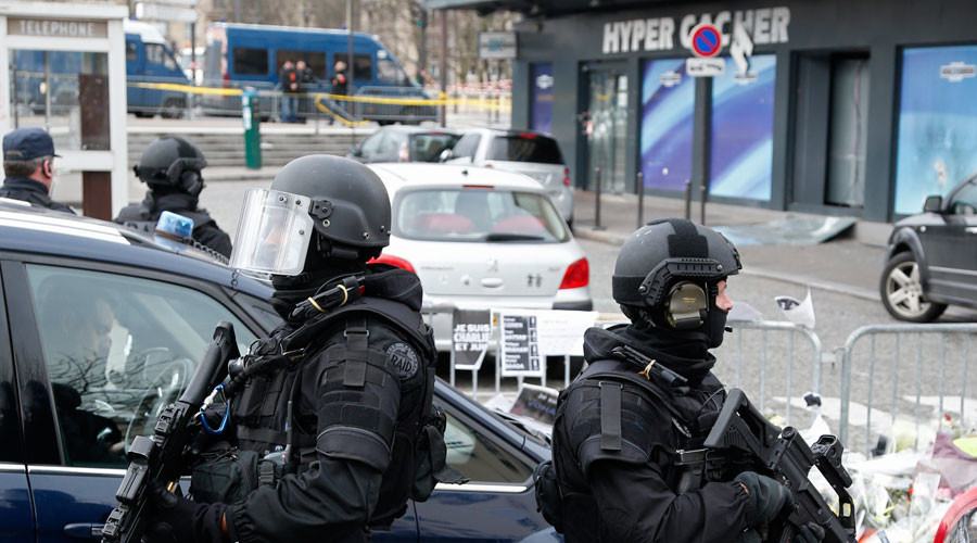 Members of the special French RAID forces secure the area of the Hyper Cacher kosher supermarket January 12, 2015 near the Porte de Vincennes in Paris © Charles Platiau