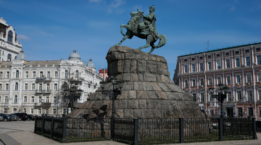 A general view shows the monument to Bohdan Khmelnytskyi, a 17th century Cossack leader, in central Kiev © Valentyn Ogirenko