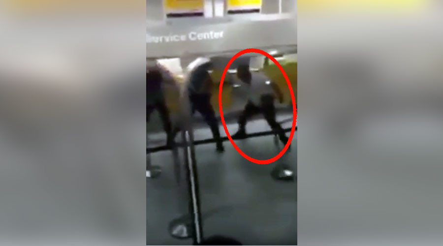 Delayed passenger loses it, batters Frankfurt airport police at check-in desk (VIDEO)