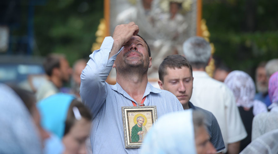 Thousands join Kiev Holy Cross procession for peace despite threats & provocation attempts
