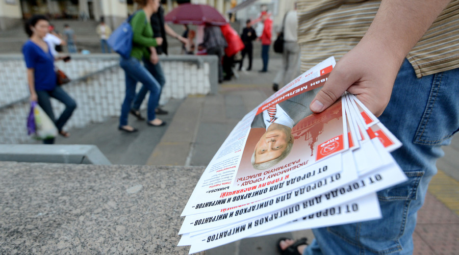 Distribution of leaflets in support of Moscow mayoral candidate Ivan Melnikov, first deputy chairman of the Central Committee of the Russian Communist Party. © Mikhail Voskresenskiy