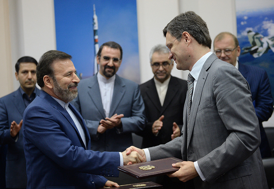 Foreground, from right: Russian Energy Minister Alexander Novak and Iran's Minister of Communications and Information Technology Mahmoud Vaezi at the ceremony to sign documents in Moscow © Vladimir Astapkovich