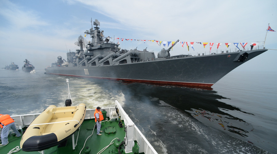 "Гвардейский ракетный крейсер ""Варяг"" в бухте Владивостока во время празднования Дня Военно-Морского флота. © Vitaly Ankov"