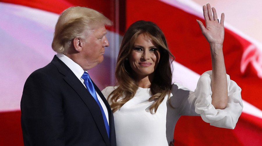 Melania Trump stands with her husband Republican U.S. presidential candidate Donald Trump. © Mark Kauzlarich