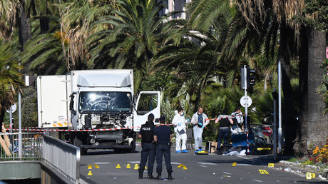 Forensics officers and policemen look for evidences near a truck on the Promenade des Anglais seafront in the French Riviera town of Nice on July 15, 2016 © Anne-Christine Poujoulat