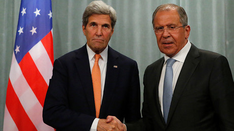 U.S. Secretary of State John Kerry (L) and Russian Foreign Minister Sergey Lavrov shake hands during a joint news conference following their meeting in Moscow, Russia, July 16, 2016 © Sergey Karpukhin