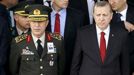 Turkish President Tayyip Erdogan (R) and Chief of Staff General Hulusi Akar © Umit Bektas