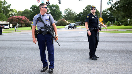 Police officers block off a road near the site of a shooting of police in Baton Rouge, Louisiana, United States, July 17, 2016 © Joe Penney