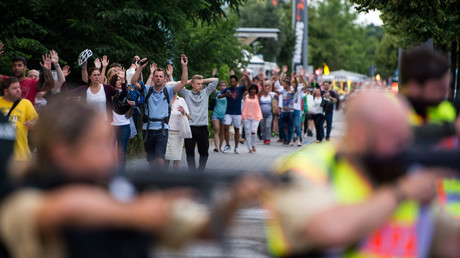 Police escorts evacuated people from the shopping mall (the Olympia Einkaufzentrum (OEZ) in Munich on July 22, 2016 following a shootings earlier. © AFP