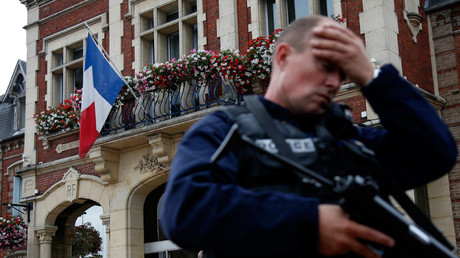 A policeman reacts as he secures a position in front of the city hall after two assailants had taken five people hostage in the church at Saint-Etienne-du -Rouvray near Rouen in Normandy, France, July 26, 2016 © Pascal Rossignol