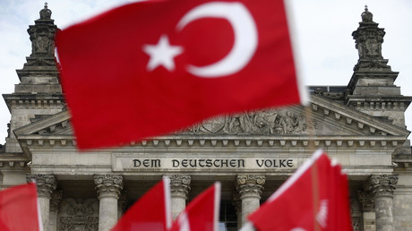 Demonstrators wave Turkish flags in front of the Reichstag, the seat of the lower house of parliament Bundestag in Berlin, Germany. File photo. © Hannibal Hanschke