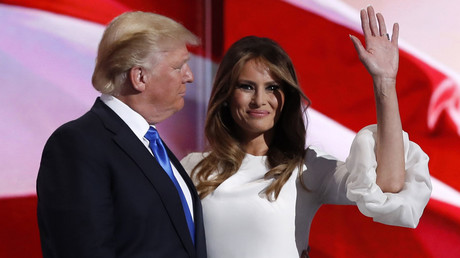 Melania Trump stands with her husband Republican U.S. presidential candidate Donald Trump. © Mark Kauzlarich