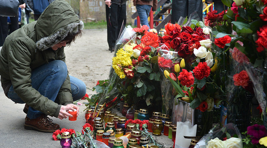 Flower and candles and the site of murder of journalist Oles Buzina. Well-known journalist Oles Buzina who wrote for ria.ru was killed by his home on April 16. ©Alexey Vovk