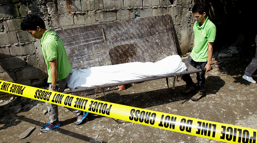 Funeral workers carry the body of one of the five suspected drug pushers killed in a police operation in Quiapo city, metro Manila, Philippines July 3, 2016. © Czar Dancel