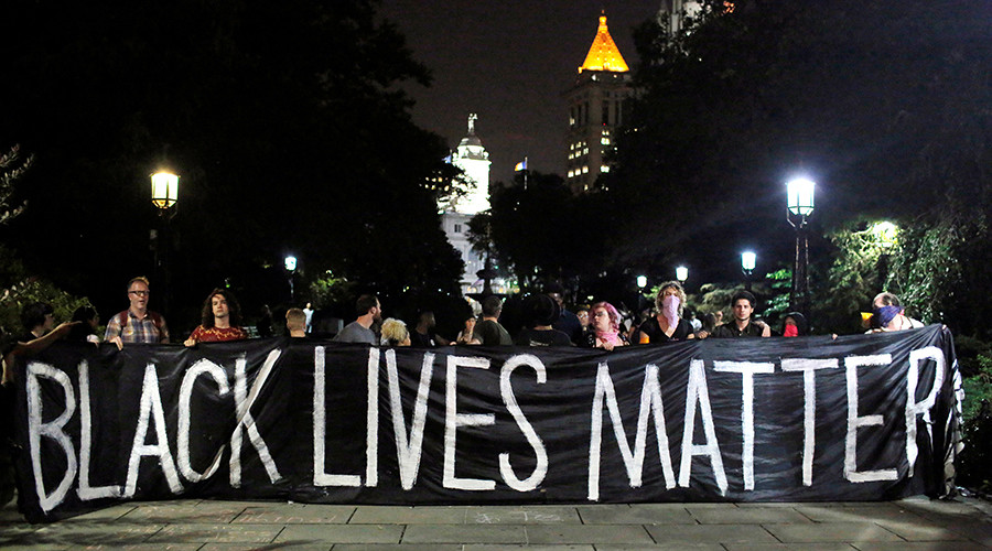 People hold up a banner during a Black Lives Matter protest outside City Hall in Manhattan, New York, U.S., August 1, 2016 © Andrew Kelly