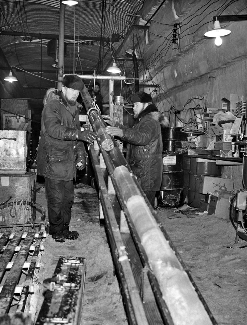 Engineers capturing an ice core at Camp Century © contentdm.oclc.org